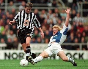 Colin Hendry shows how to execute the perfect tackle (Image fom mattoid.net)