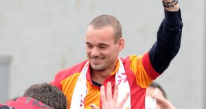 Gala fans greet Sneijder (Image from Sky Sports)