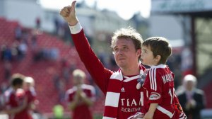 Darren Mackie says an emotional farewell to the Aberdeen fans (Image from SNTV)