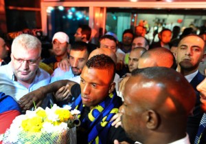 Nani is mobbed as he joins Fenerbache (Image from AP)
