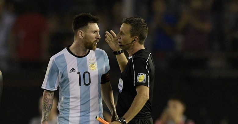 Messi argues with the linesman following a late call (Image from Tumblr)