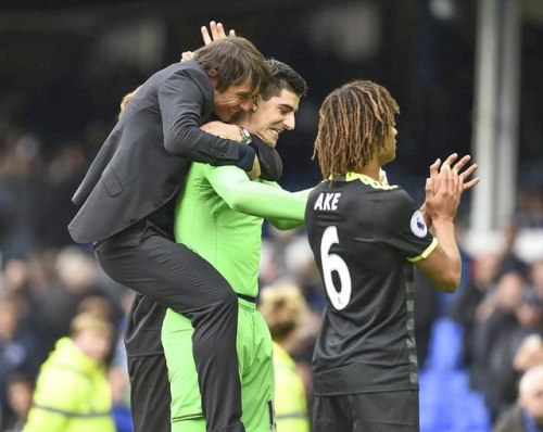 Conte celebrates with his players after securing a valuable three points against Everton (Image from Tumblr)