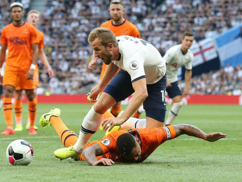Newcastle captain Lascelles tumbles in the box pulling Spurs striker Harry Kane to the ground but no penalty is given (Image from Tumblr)